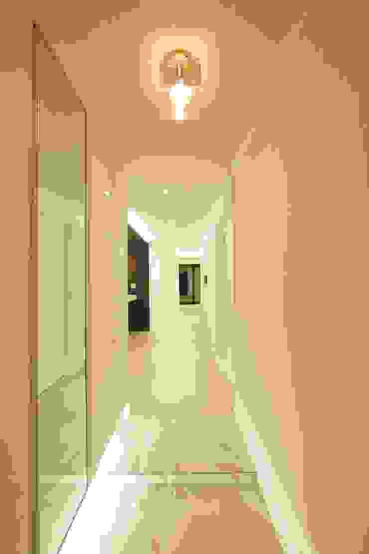 Nowoczesny korytarz, przedpokój i schody od DESIGNCOLORS Nowoczesny