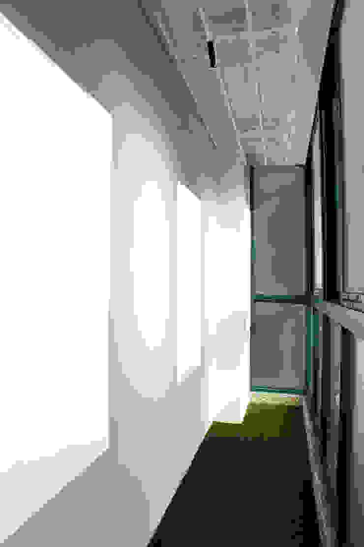 Couloir, entrée, escaliers modernes par SPACEHWA Moderne
