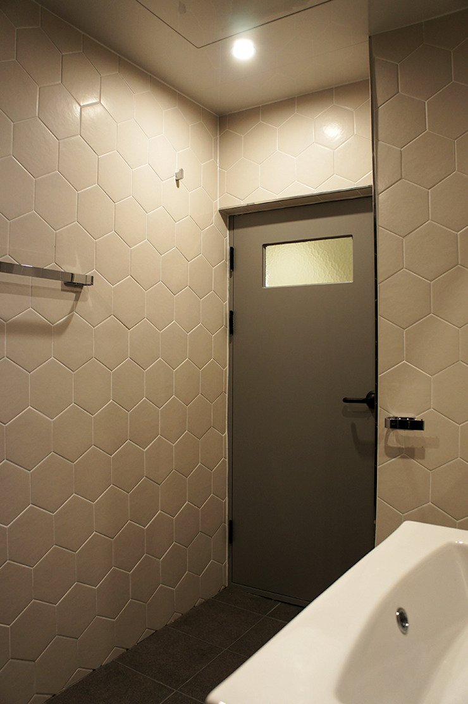 Salle de bain moderne par SPACEHWA Moderne