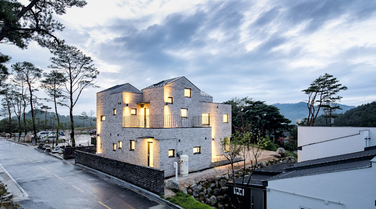 Casas de estilo  de (주)건축사사무소 코비