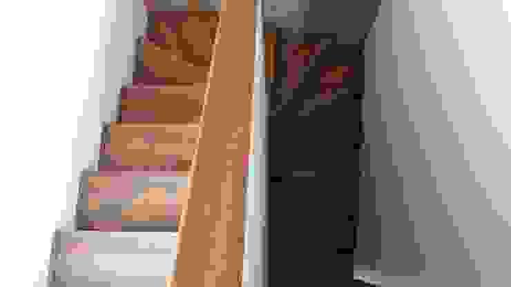 Pasillos, vestíbulos y escaleras de estilo rústico de homify Rústico Plástico