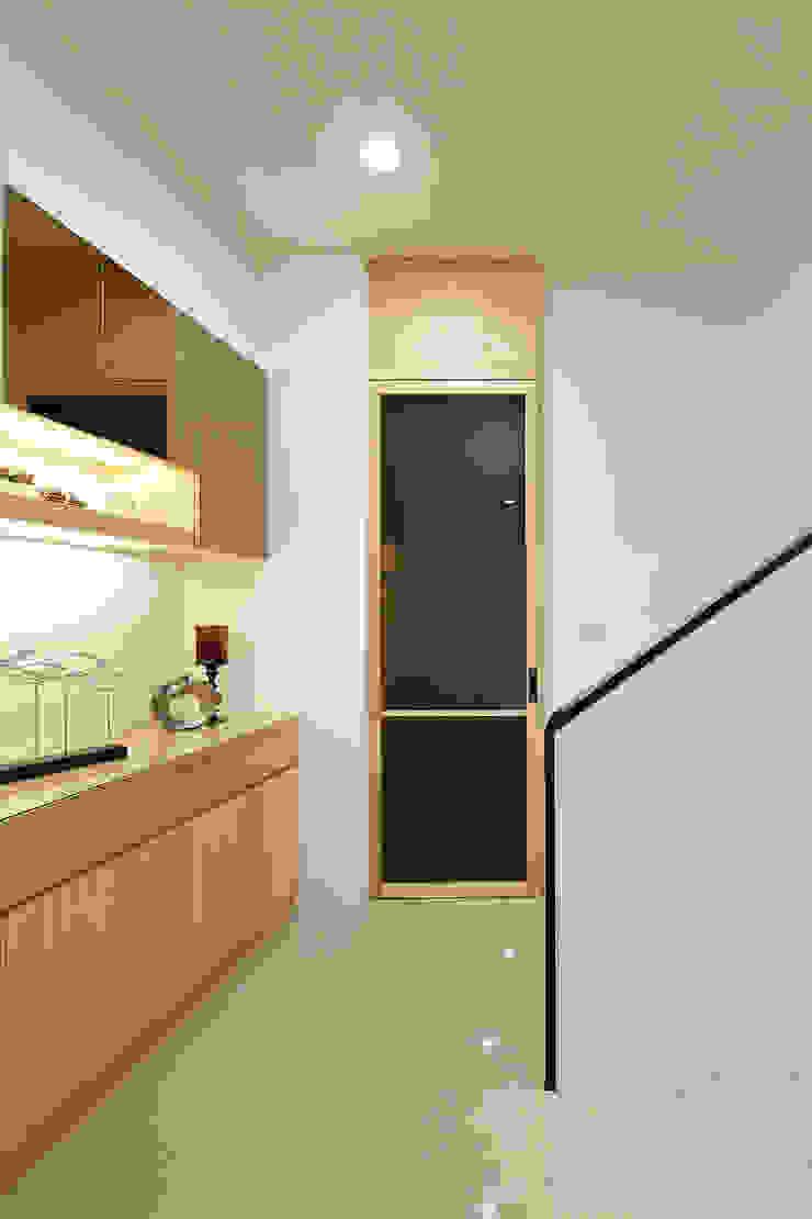 1F走道 現代風玄關、走廊與階梯 根據 映荷空間設計 現代風