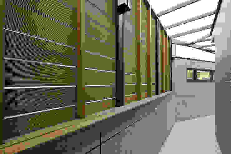 Garagens e arrecadações  por 映荷空間設計, Moderno