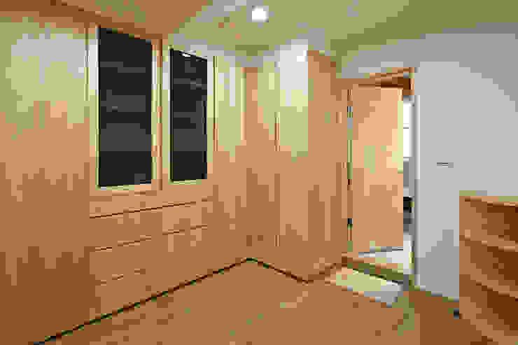 Closets  por 映荷空間設計, Moderno