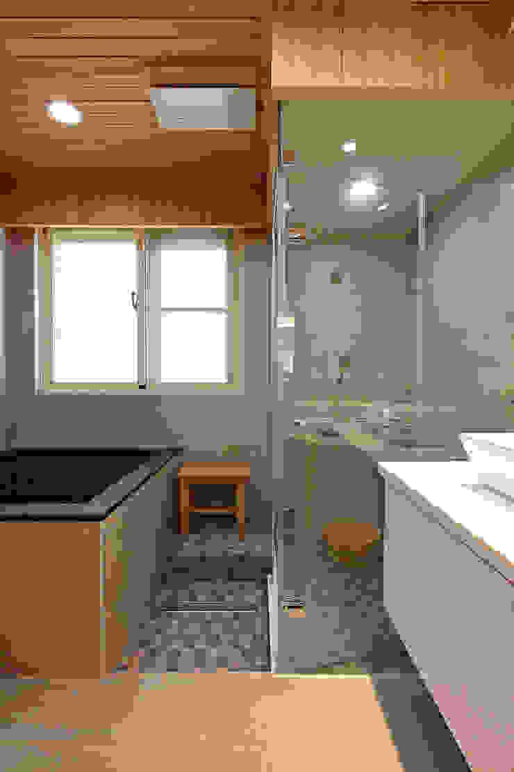 2F浴室 現代浴室設計點子、靈感&圖片 根據 映荷空間設計 現代風