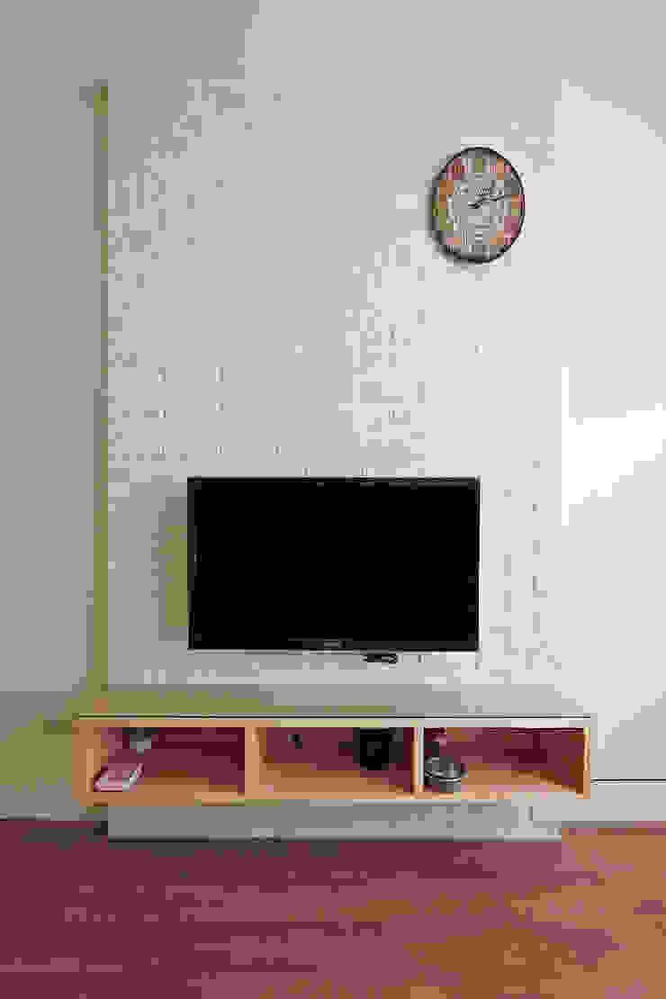 3F客廳電視牆 现代客厅設計點子、靈感 & 圖片 根據 映荷空間設計 現代風