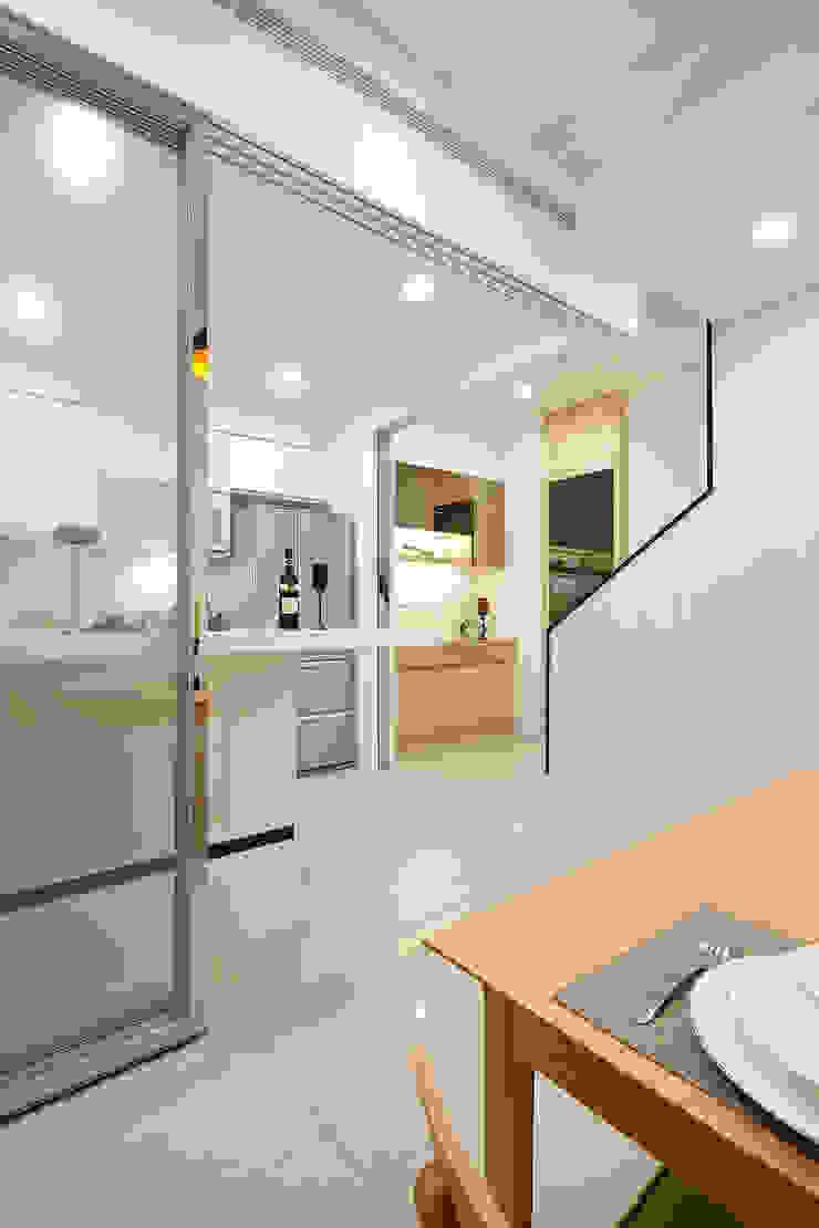 1F廚房 現代廚房設計點子、靈感&圖片 根據 映荷空間設計 現代風