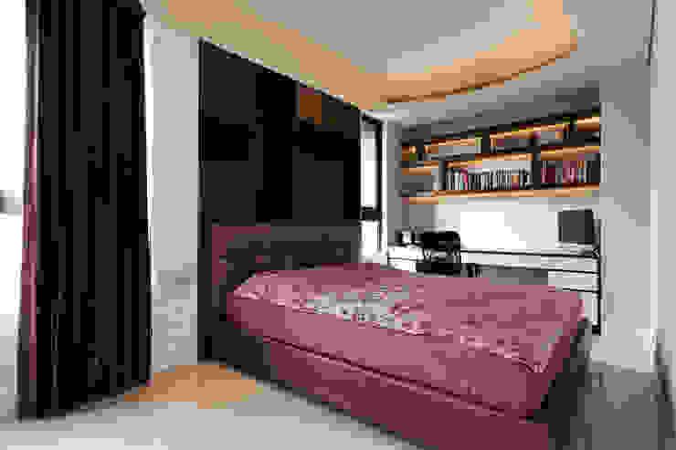 次臥/1 Classic style bedroom by 世家新室內裝修公司 Classic