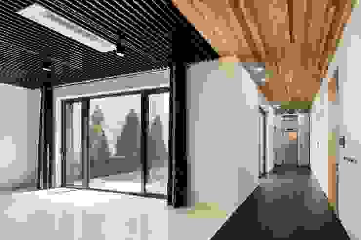아키누스(건축동인) 건축사사무소 Modern Corridor, Hallway and Staircase