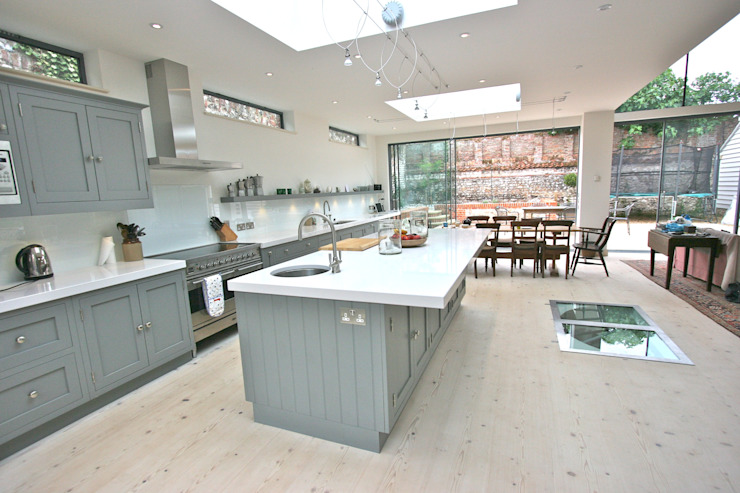 Brancaster, North Norfolk, UK Classic style kitchen by Laura Gompertz Interiors Ltd Classic