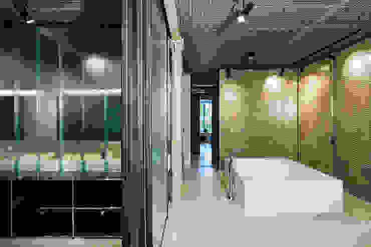 Industrial style bathroom by arcs architekten Industrial