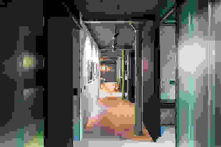 industrial style corridor, hallway & stairs by arcs architekten Industrial