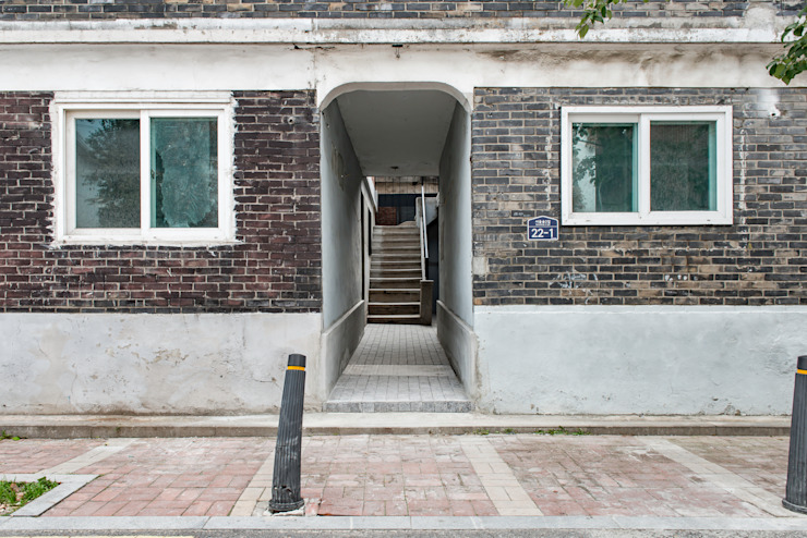 정문 주 출입구 모던스타일 주택 by atelier longo 아뜰리에 롱고 모던 벽돌