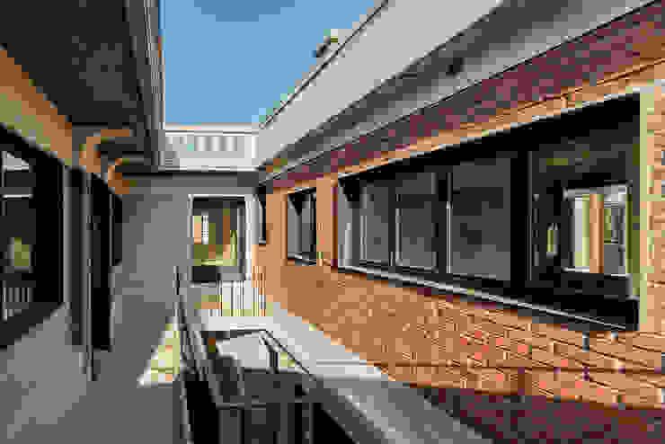 2층 중정 모던스타일 주택 by atelier longo 아뜰리에 롱고 모던 벽돌