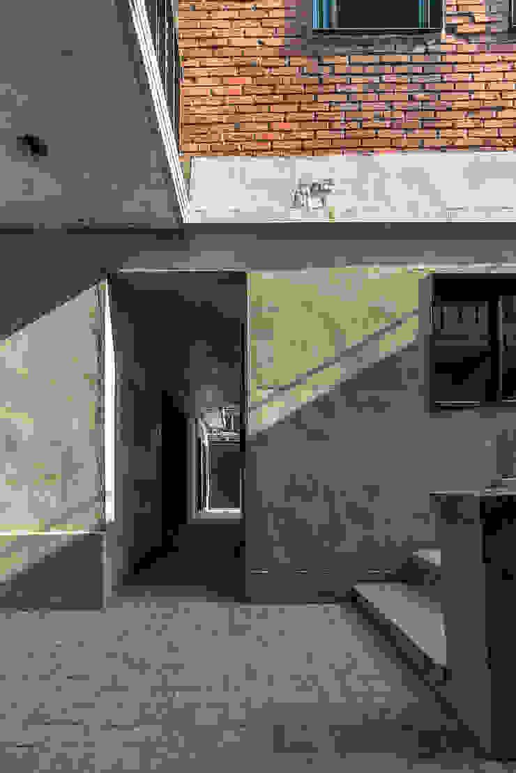 두 건물의 연결 통로 모던스타일 주택 by atelier longo 아뜰리에 롱고 모던 벽돌