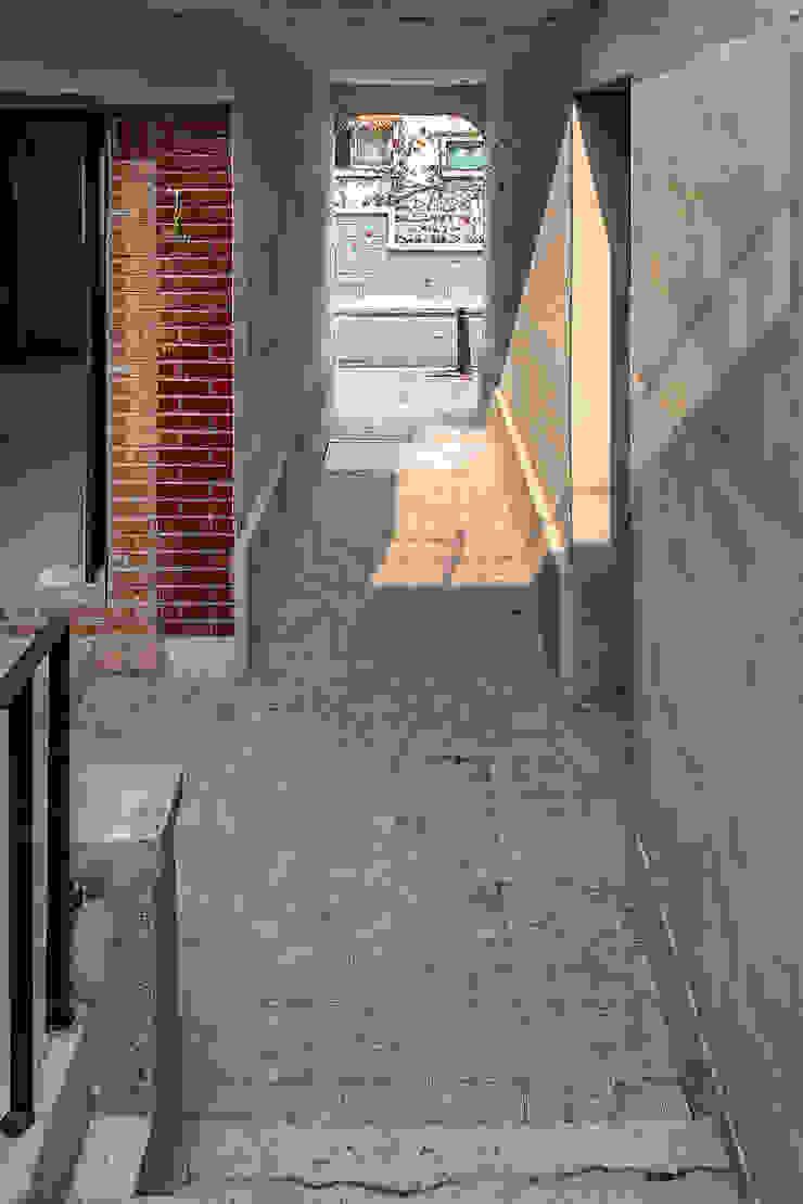 메인 연결 통로 모던스타일 주택 by atelier longo 아뜰리에 롱고 모던 벽돌