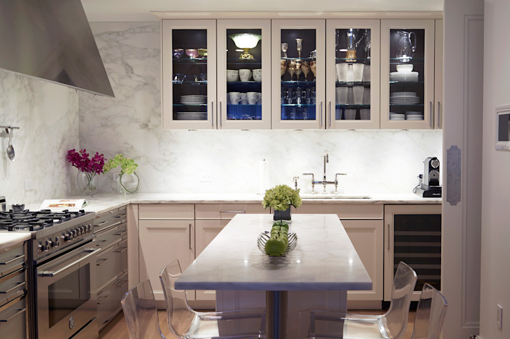 Modern Shaker Kitchen with Marble and Porcelain and glass inserts JKG Interiors 廚房 大理石 White