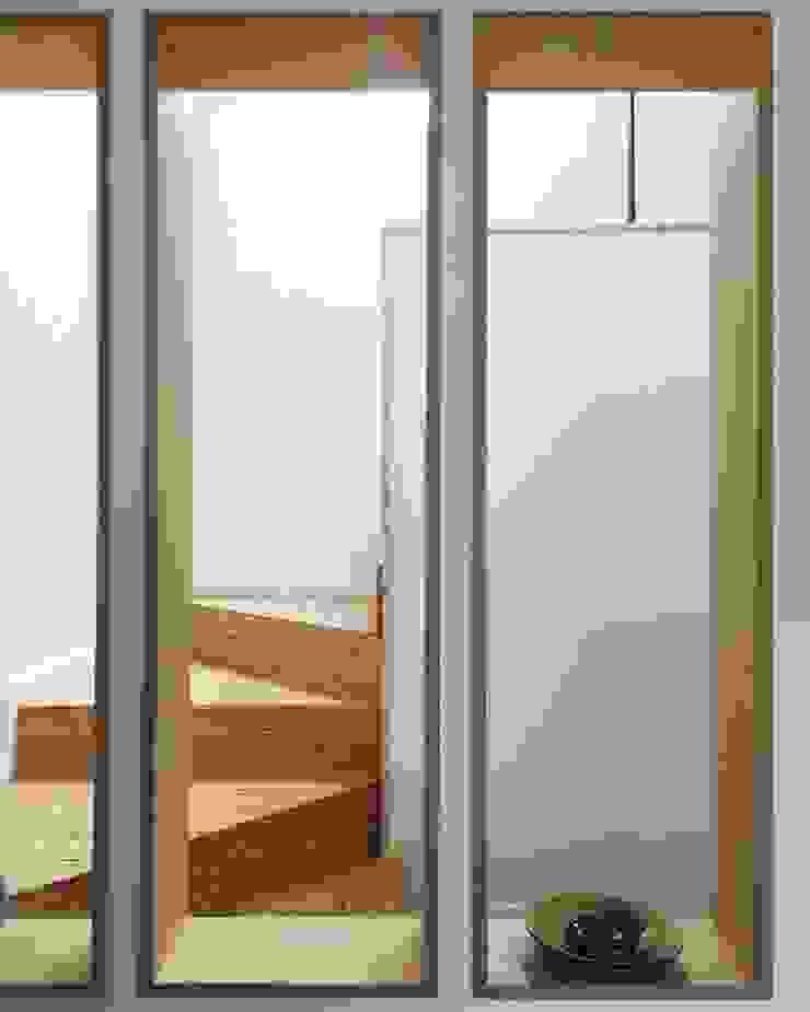 Modern corridor, hallway & stairs by 건축사사무소 리임 Modern Wood Wood effect