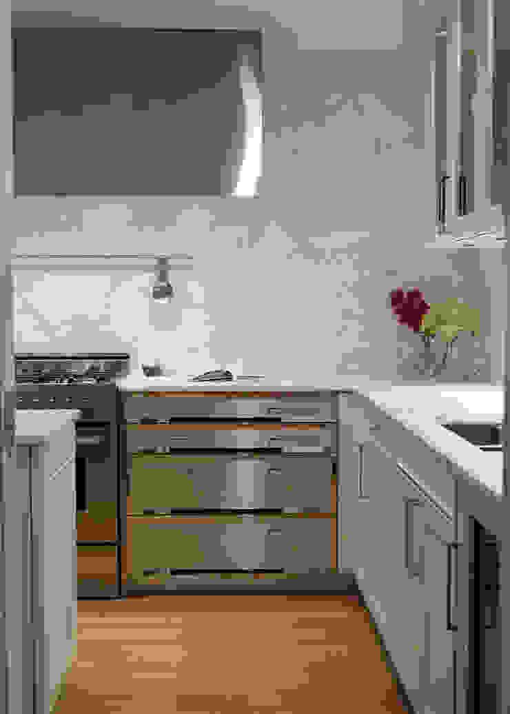 New York City Family Home من JKG Interiors كلاسيكي رخام