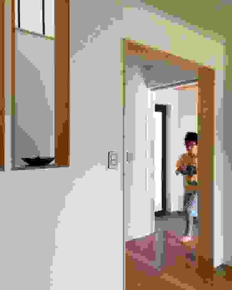 Modern corridor, hallway & stairs by 건축사사무소 리임 Modern