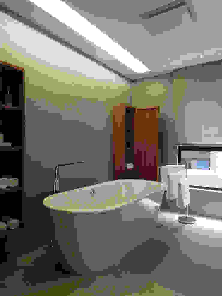 Light 加減0的生活美學 現代浴室設計點子、靈感&圖片 根據 構築設計 現代風