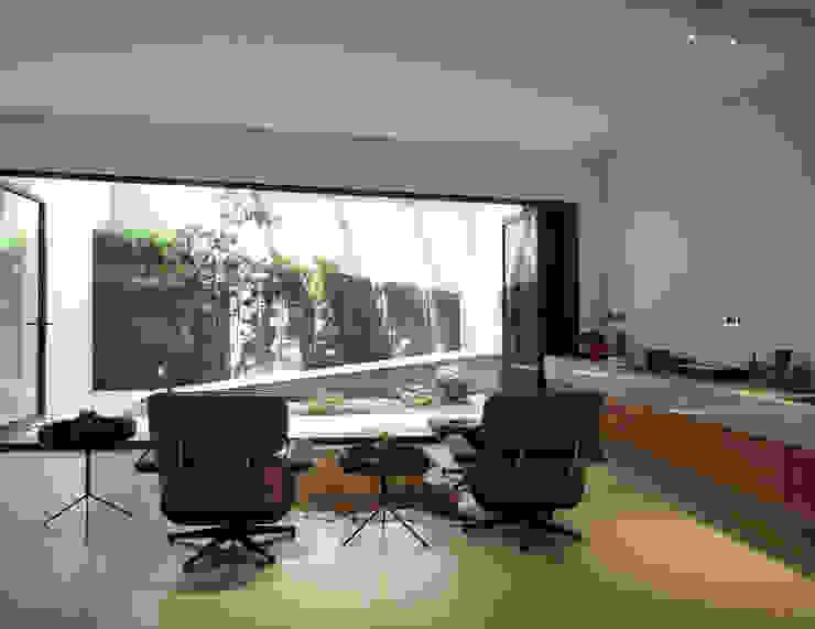 Phòng giải trí phong cách hiện đại bởi 構築設計 Hiện đại