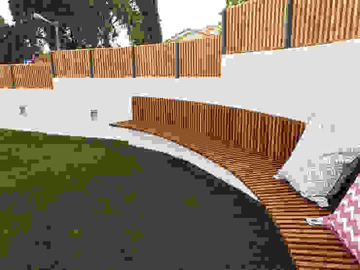 Banco em madeira para exterior Jardins mediterrânicos por mube arquitectura Mediterrânico