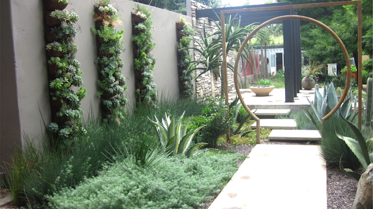 Woking with walls Modern Garden by Young Landscape Design Studio Modern