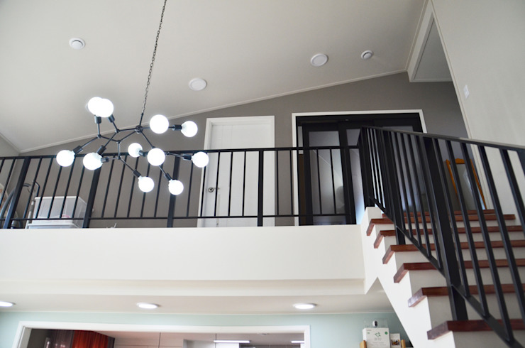 Modern Corridor, Hallway and Staircase by (주)에너집 Modern