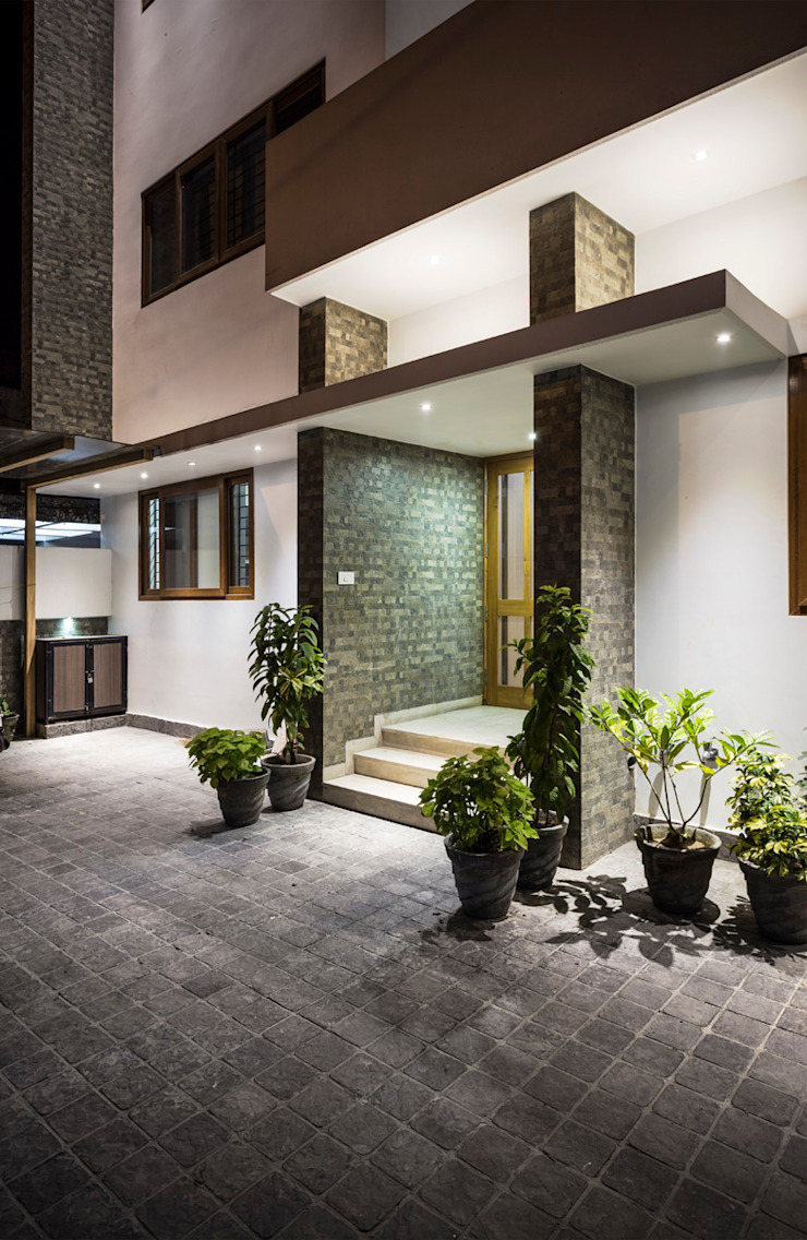 Entrance to the House Modern houses by Manuj Agarwal Architects Modern