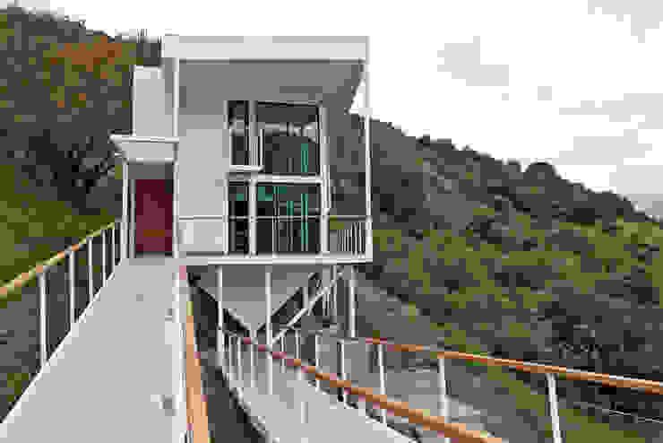 FACHADA ORIENTE Casas de estilo mediterráneo de Directorio Inmobiliario Mediterráneo Hierro/Acero