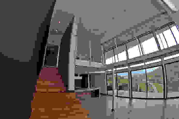ESCALERA DE ACCESO SEGUNDO NIVEL Pasillos, halls y escaleras mediterráneos de Directorio Inmobiliario Mediterráneo Madera Acabado en madera