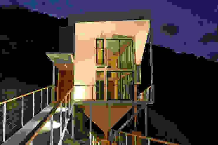 FACHADA ORIENTE DE NOCHE Casas de estilo mediterráneo de Directorio Inmobiliario Mediterráneo Hierro/Acero