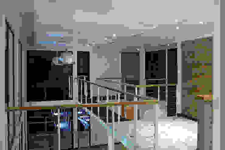 ILUMINACION INTERIOR LED EN RECINTO DE SALA DE ESTAR SEGUNDO PISO Y PUENTE CONECTOR Pasillos, halls y escaleras mediterráneos de Directorio Inmobiliario Mediterráneo Hierro/Acero