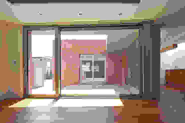 사이를 이어주는 집 ; LIFE_FACTORY 間 모던스타일 벽지 & 바닥 by 남기봉건축사사무소 모던