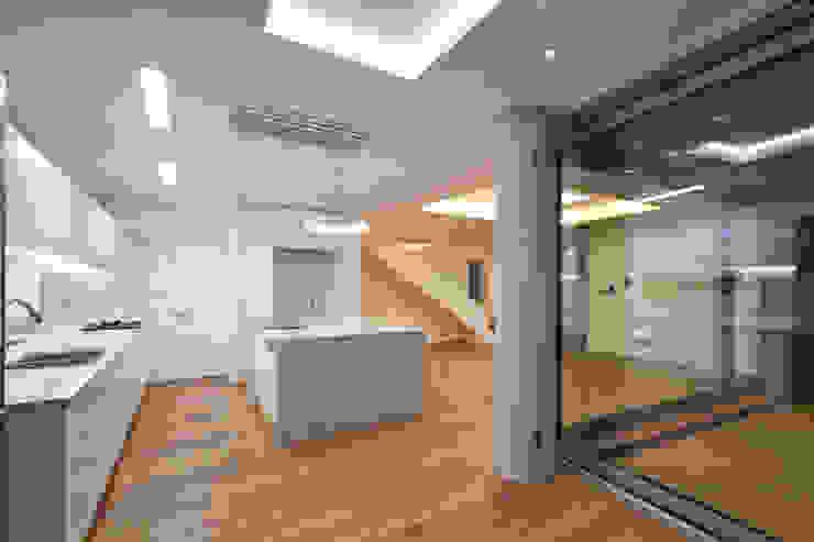 사이를 이어주는 집 ; LIFE_FACTORY 間 모던스타일 미디어 룸 by 남기봉건축사사무소 모던