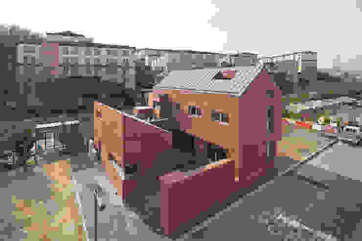 사이를 이어주는 집 ; LIFE_FACTORY 間 모던스타일 주택 by 남기봉건축사사무소 모던