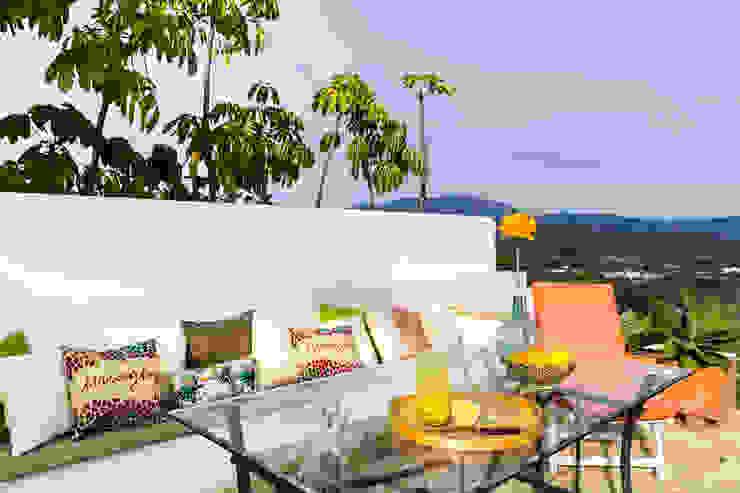 Exterior de la vivienda junto a la piscina con vistas a la ciudad Home & Haus | Home Staging & Fotografía Jardines mediterráneos Naranja