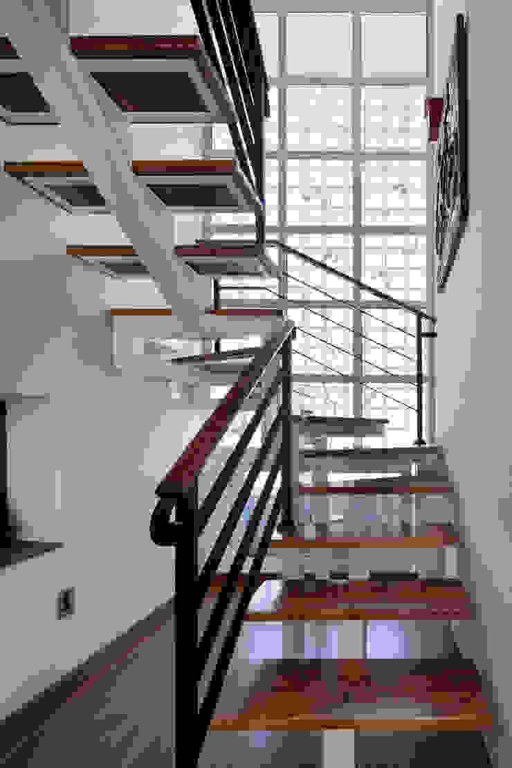 밀양 주택 아시아스타일 복도, 현관 & 계단 by (주)에이도스건축사사무소 한옥