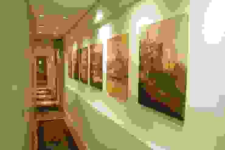 Daniela Tolotti Arquitetura e Design Classic style corridor, hallway and stairs