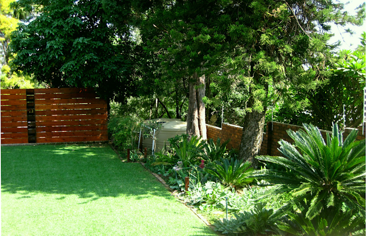 Large Family Garden:  Garden by Young Landscape Design Studio,
