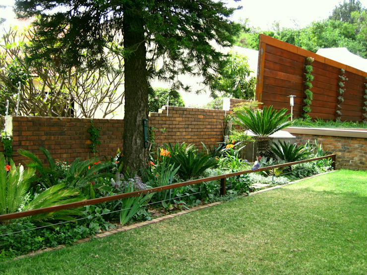 Large Family Garden:  Garden by Young Landscape Design Studio, Modern