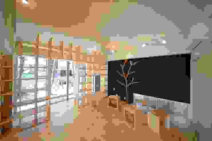 目を引く大きな本棚 オリジナルデザインの 多目的室 の 株式会社フロッグハウス オリジナル