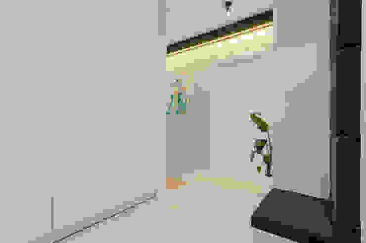 Kameleon - Kreatywne Studio Projektowania Wnętrz Modern Corridor, Hallway and Staircase