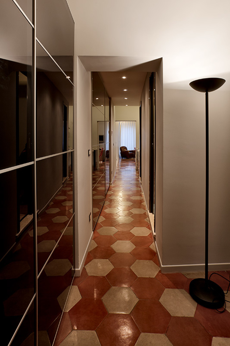 Modern Corridor, Hallway and Staircase by Caterina Raddi Modern