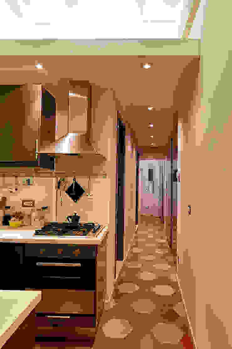Couloir, entrée, escaliers modernes par Caterina Raddi Moderne