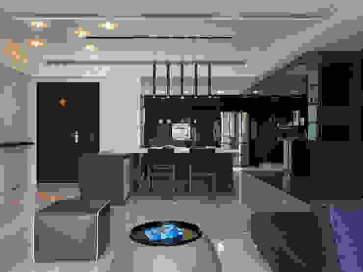 Столовая комната в стиле модерн от 倍果設計有限公司 Модерн