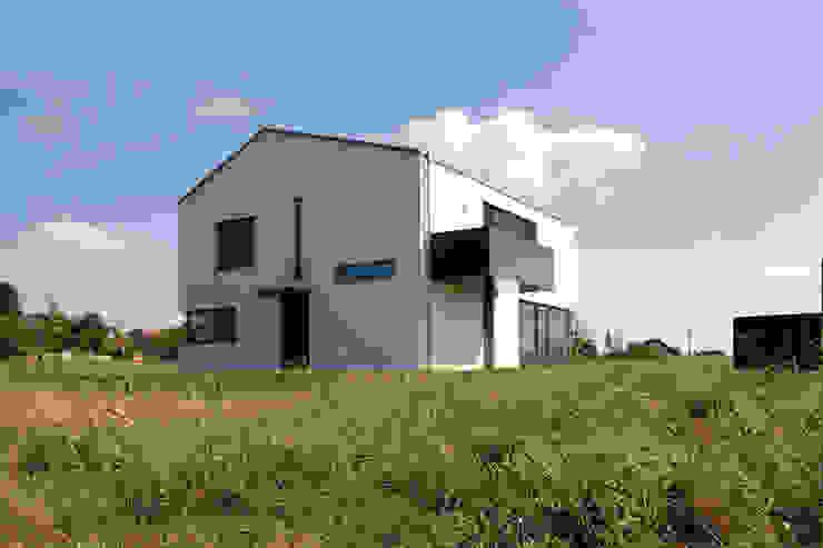 Ansicht von Nordwesten Moderne Häuser von Fichtner Gruber Architekten Modern