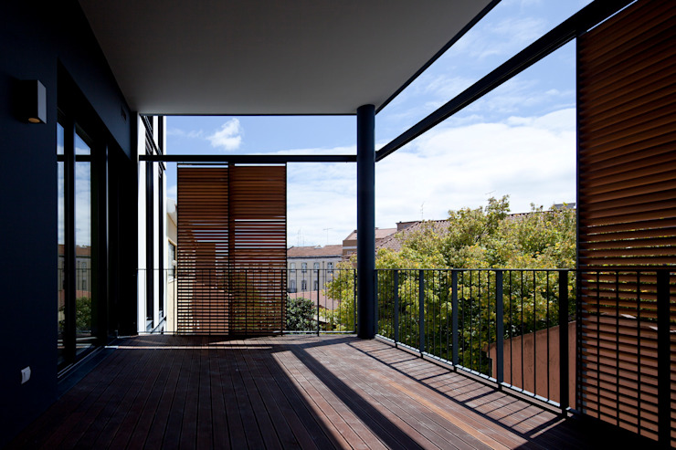 RRJ Arquitectos Nowoczesny balkon, taras i weranda