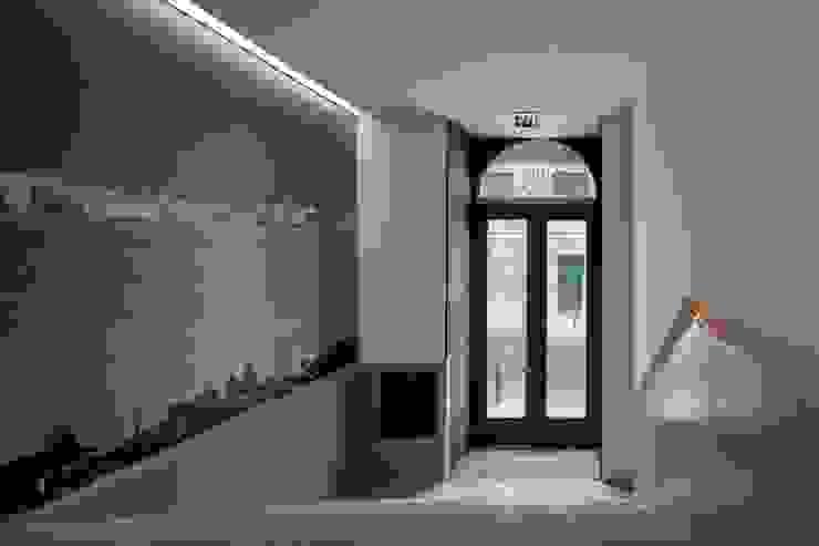 RRJ Arquitectos Nowoczesny korytarz, przedpokój i schody